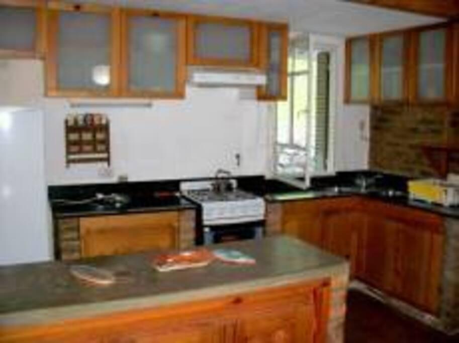 Cocina equipada con muebles de cedro