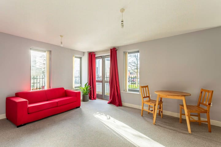 Centrally located 2 bed flat near waterfront area