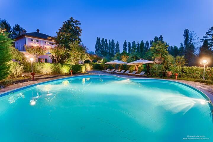 """Appartamento """"Camino"""" su due livelli con piscina"""
