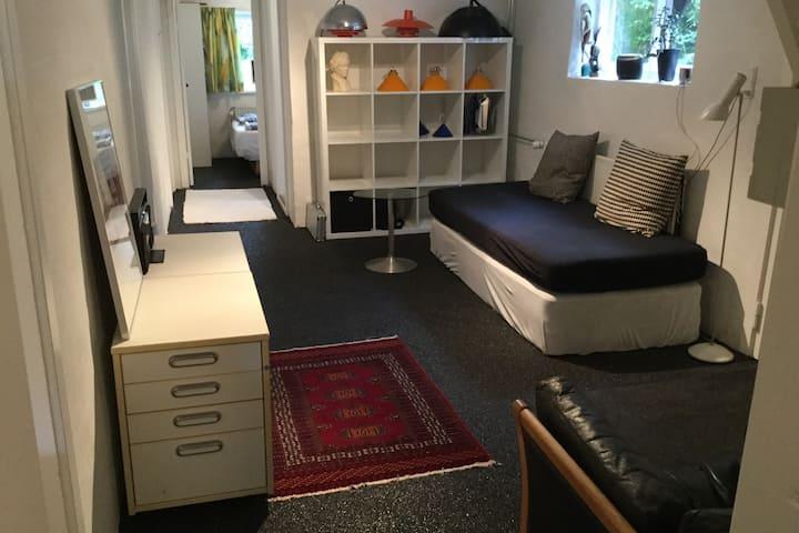 Hel lejlighed med adgang til have (høj kælder)