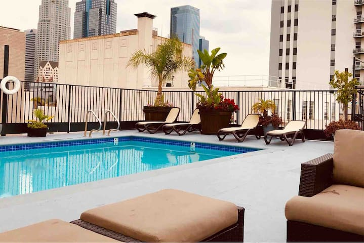 Comfy King Condo in DTLA w/Rooftop Pool & Jacuzzi