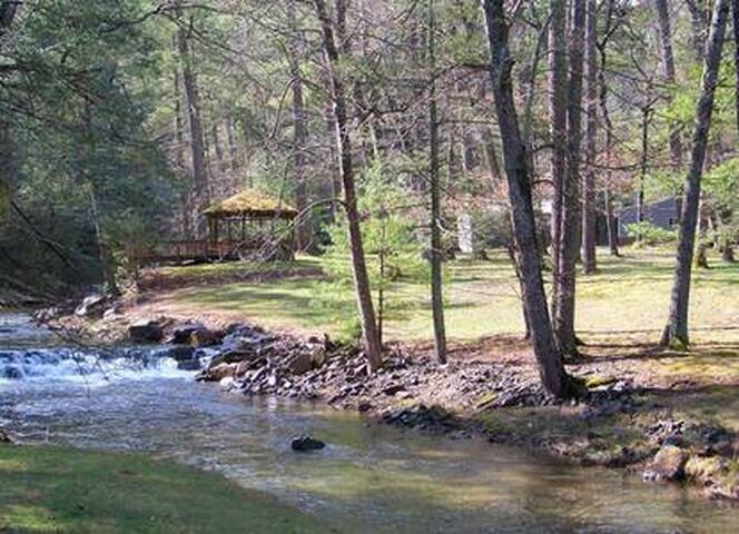 Mawpa Cottage - Newly Renovated Creekside Retreat