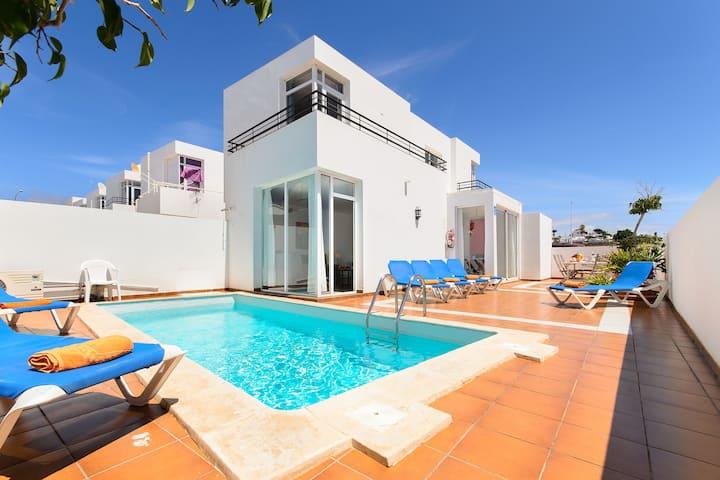 Puerto del Carmen Hermosa casa de vacaciones con piscina climatizada, patio privado y excelente ubicación