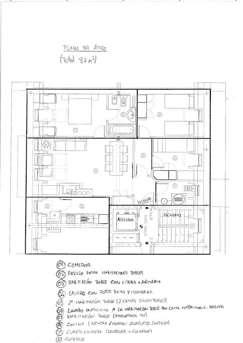 Al ático dispone de cocina equipada (nevera, horno, microondas, lavaplatos, cubertería, etc), amplia sala de estar, habitación de matrimonio con un baño, y dos habitaciones dobles (una con litera) y un segundo baño. Ver fotos siguientes
