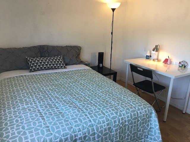 U2#是明亮整洁的私人房间,双人大床,有书桌椅子床头柜,为您的出行提供便利。