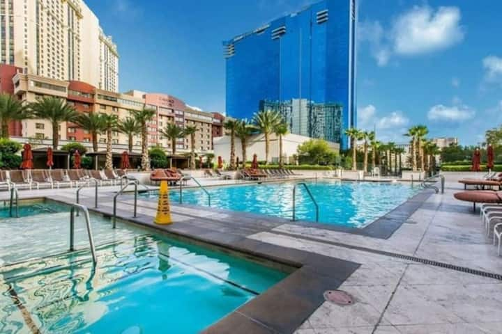 Amazing Studio,  No resort Fee,  Free Parking , Partial Strip View MGM 4803