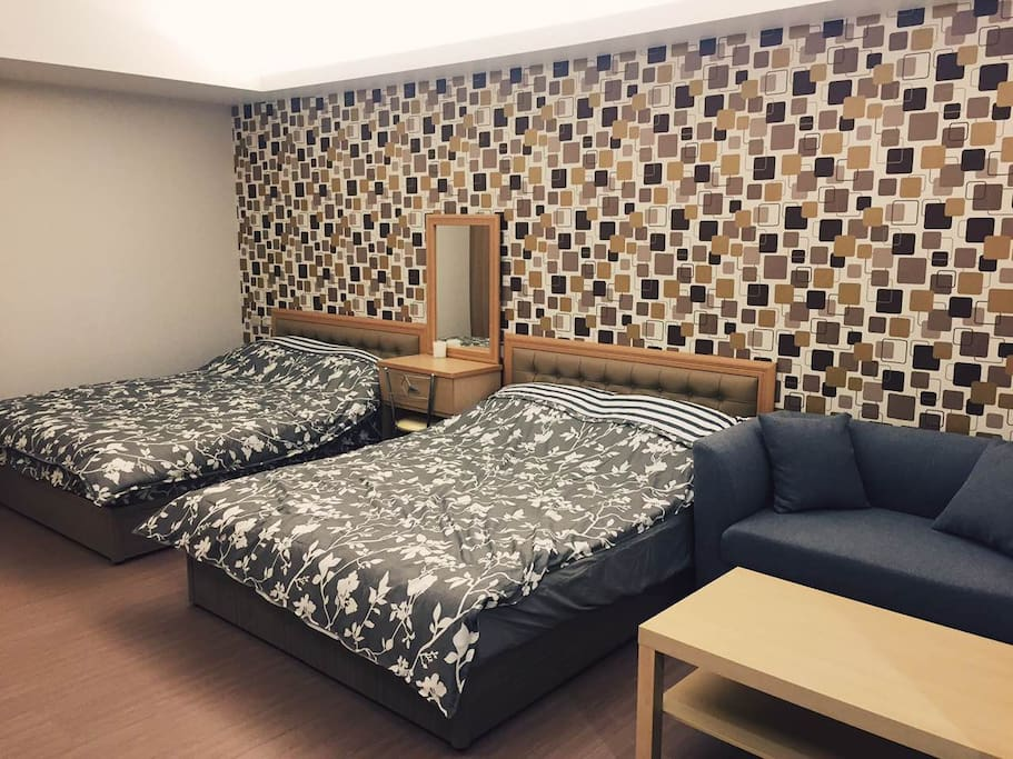 2張雙人床,可4人住 2 double beds and sofa