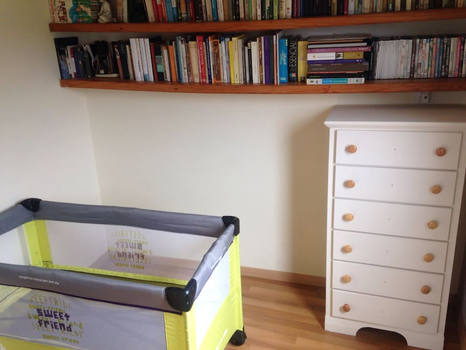 Pequeña habitación anexa a la habitación principal. Incluye una cuna (sin colchón) y libros y DVDs para toda la familia.