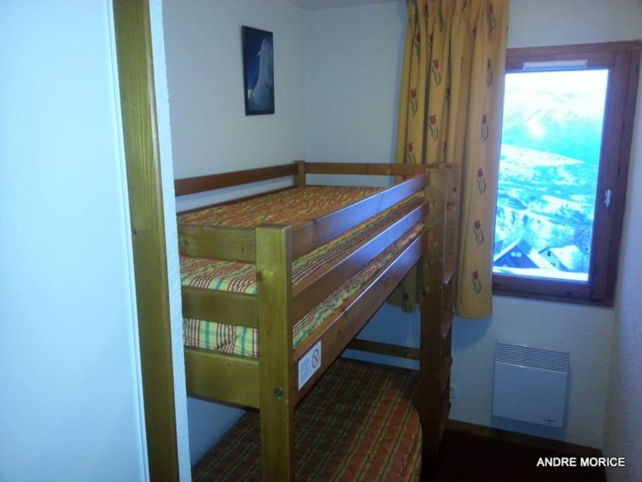 lits superposés avec vue sur la vallée