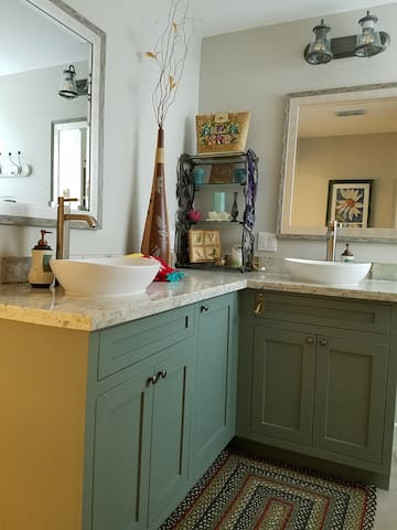 Full with double vessel sinks. Plenty of room for everyone to get ready for a fun day of shopping, eating and spending time with friends and family.