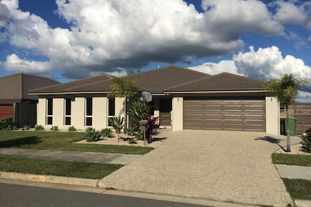 Family Home Sleeps 10 near Theme Parks with pool - Upper Coomera - 独立屋