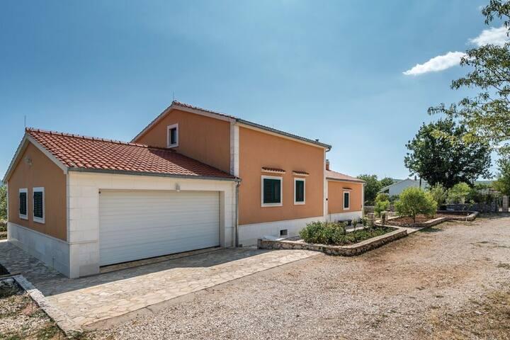 Accogliente casa vacanze a Veliki Broćanac con piscina