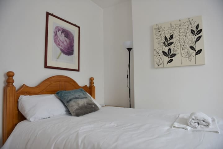 Clean Bright Double Room near the O2