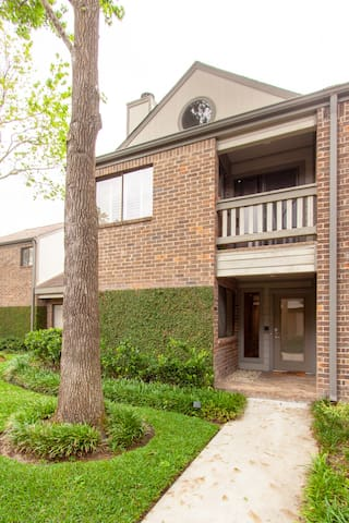Modern Private Townhome In Heart of Galleria