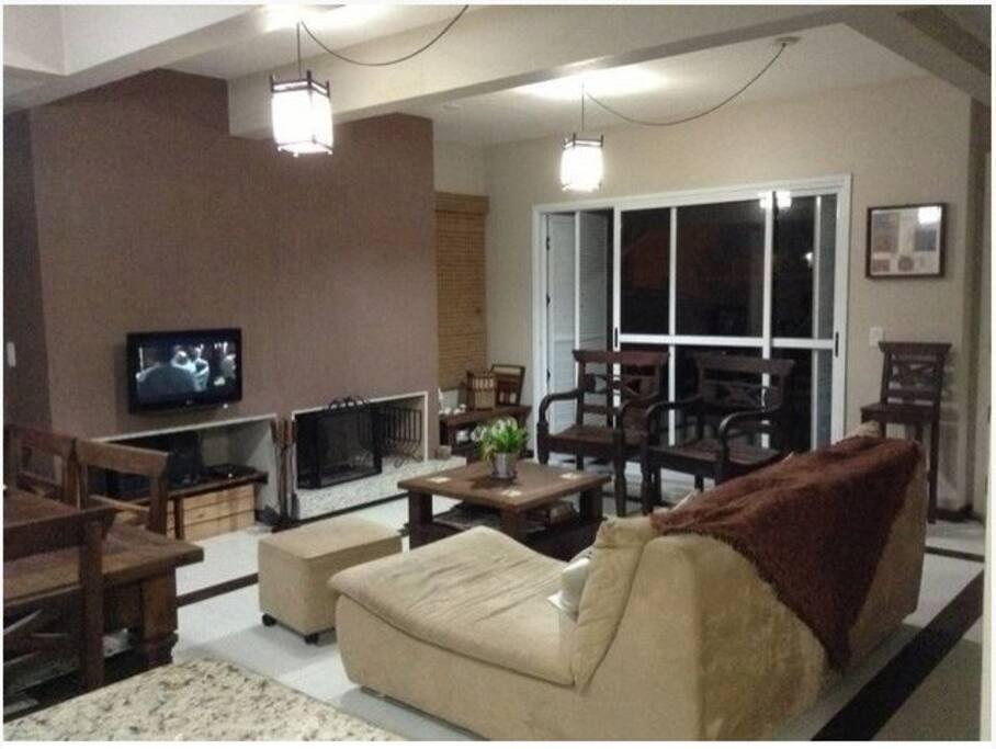 Sala de estar com lareira (mesa de centro e móveis de madeira foram trocados - falta atualizar foto)
