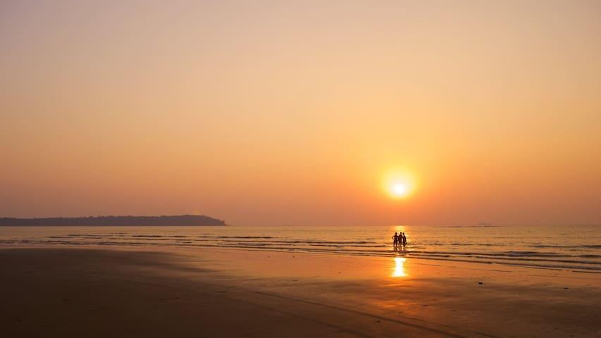 Miramar Beach (2min walking distance)