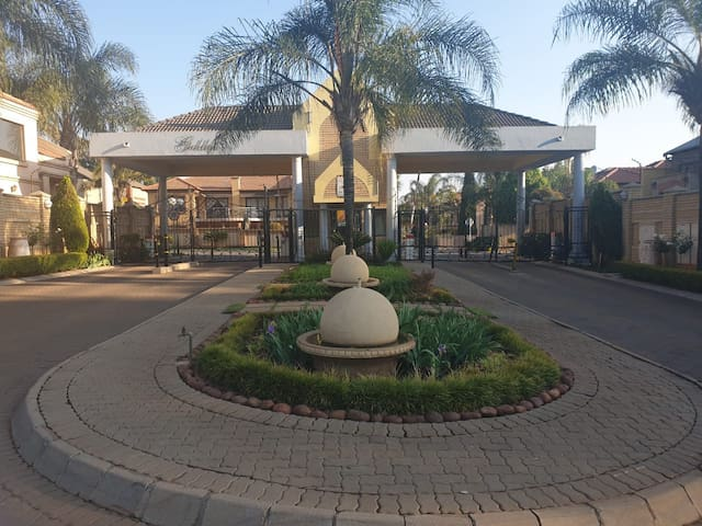 Centurion. Private room & patio. Shopping & golf.