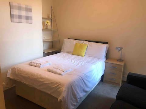 Cosy Double Room Central Southsea (R2)