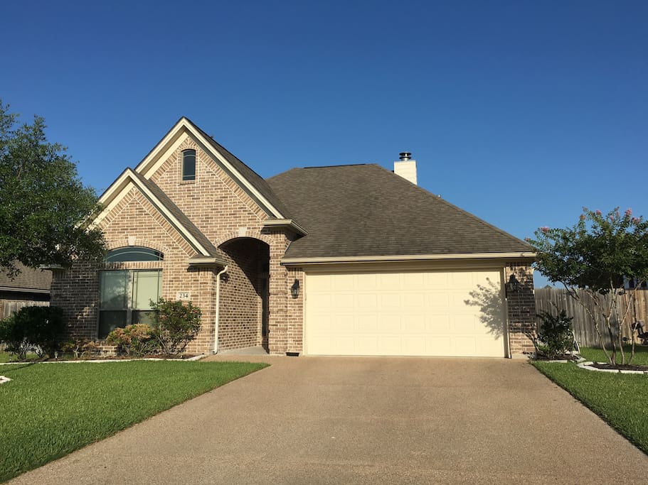 New cozy house; perfect for wedding groups, tournament housing or game days for A&M!