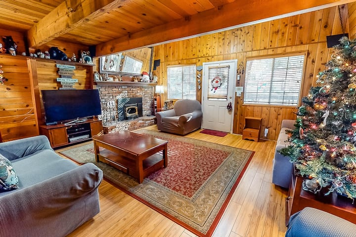 Charming  mountain cabin with deck, wood stove, and great location