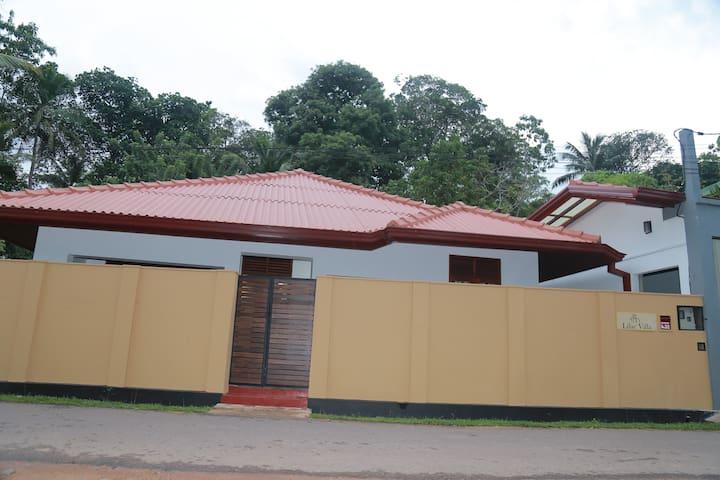 Charming cozy Villa in Hikkaduwa- Lilac Villa