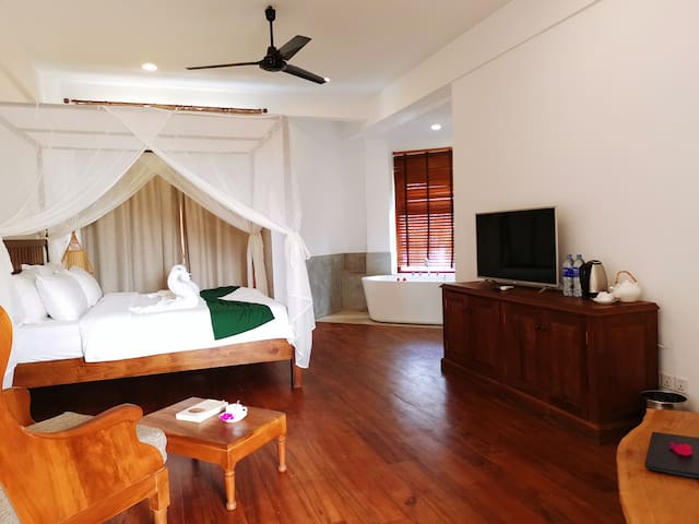 Cardamon Hotel deluxe room(double bed with bathtub