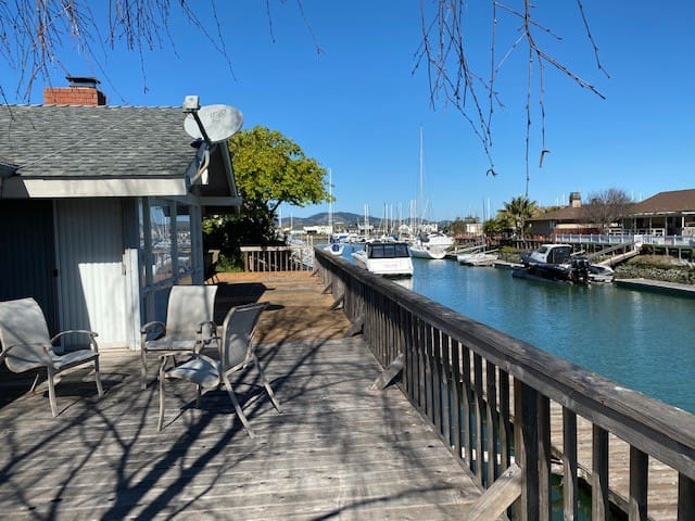 Private Entrance + Waterfront Deck - Large Room