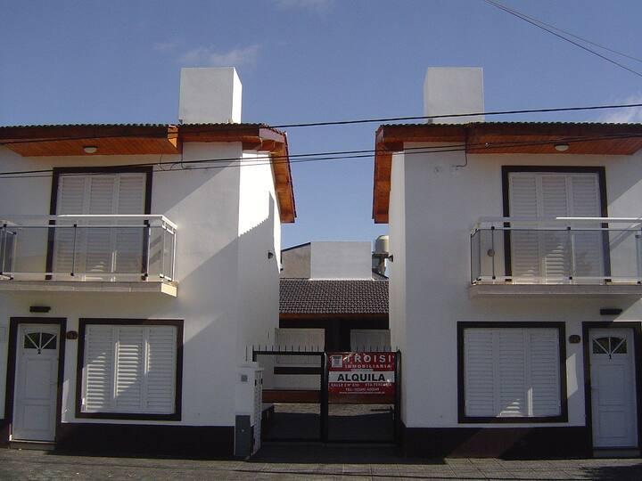 Mar del Tuyú, casa con patio, a metros del mar