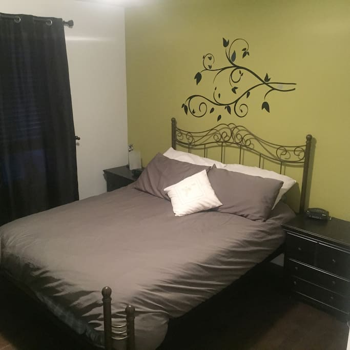 Chambre des maîtres avec un lit queen