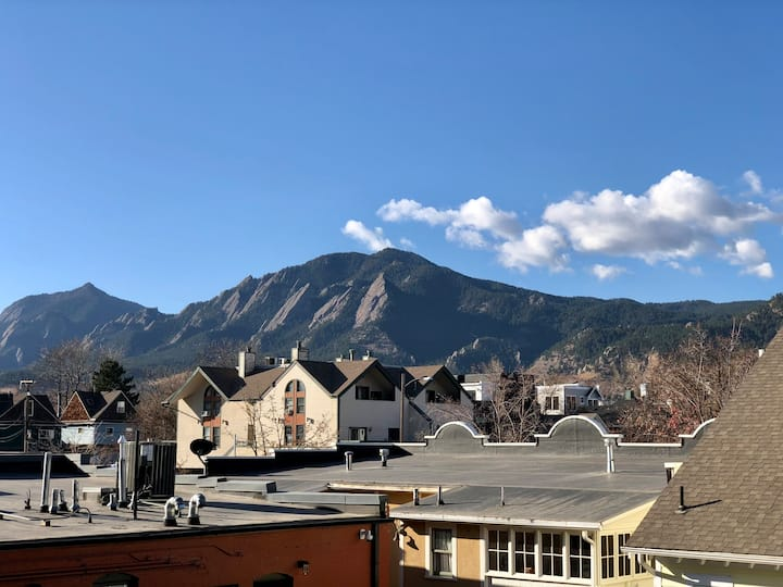*Pearl St*Downtown Boulder Condo w/Flatiron Views
