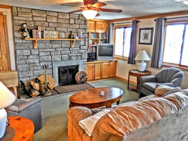 ML246 2BR/2BA Fireplace Wi-Fi PARKING Faces Slopes & Village