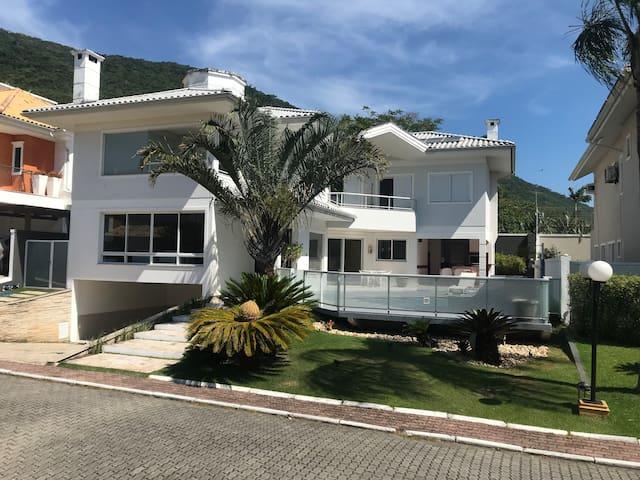 Maravilhosa casa em condomínio privado e exclusivo