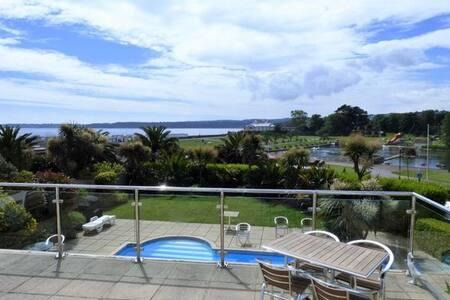 Fantastic Sea views, parking, 2 mins from beach