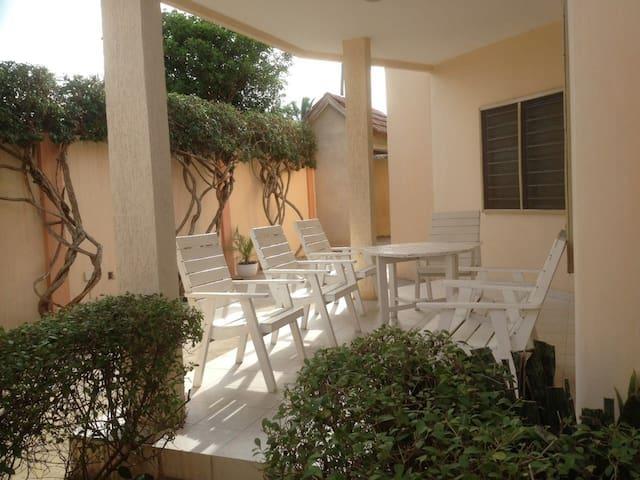 Villa 2 chbres meublée + terrasse et cour unique