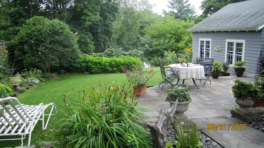 One Bedroom One Bath In-Town Getaway - Litchfield - House