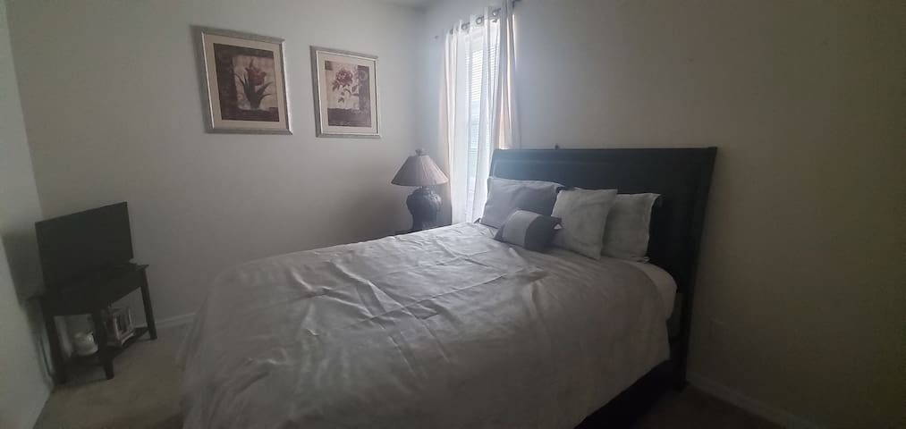 Comfortable room 20 min from Disney!