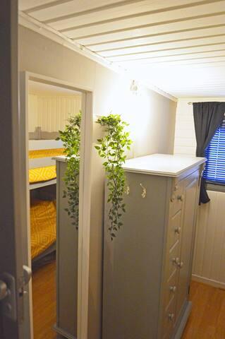 Slaapkamer 2 met stapelbed en bergkast