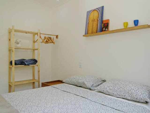 Oferecemos roupa de cama e banho, limpinhas e cheirosas :)