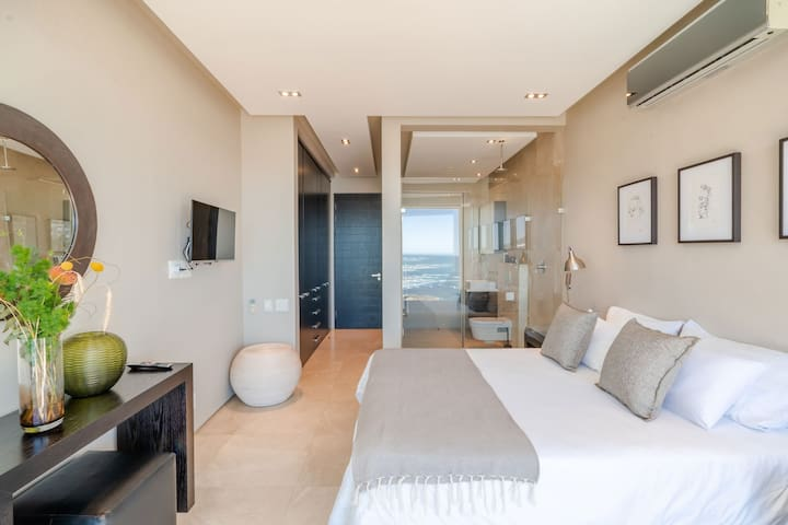 Both rooms provide excellent view of the sea. From these rooms you have direct access to the balcony. They are equipped with a Smart TV and a spacious wardrobe.