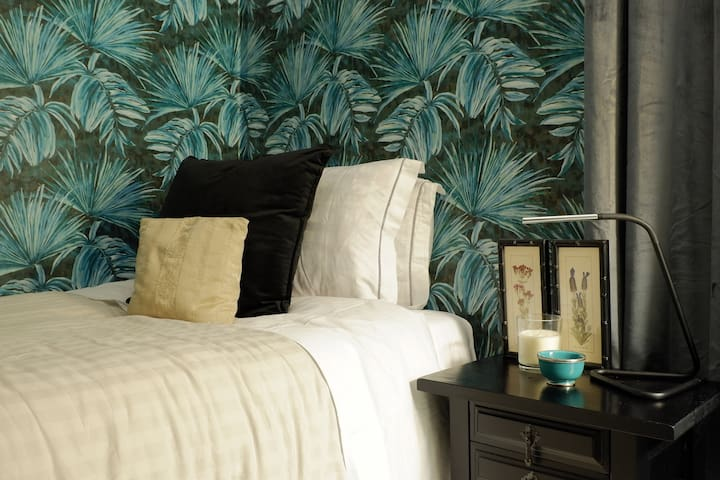 NEW - Your Tropical Downtown Cozy Individual Room