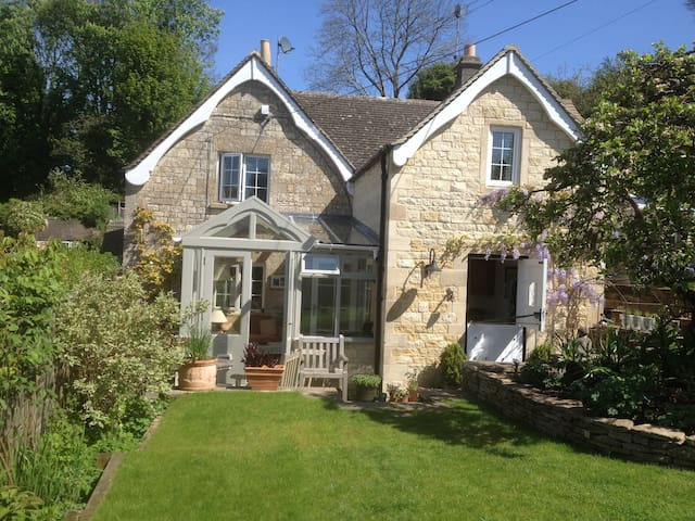 Cotswold cottage & beautiful garden - Eastcombe - House