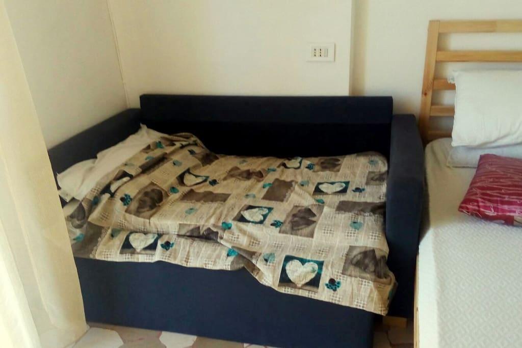 Camera Letto 1 con 2 letti comodi, rete a doghe e materassi ortopedici anallergici, divano letto che può essere usato come letto bimbi o aprirlo per adulto