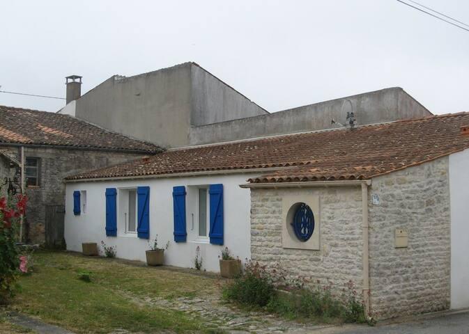 maison en pierre dans village calme