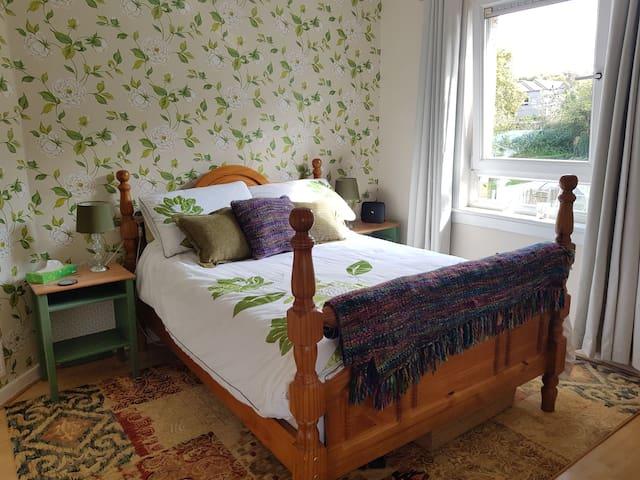 Bright Double bedroom overlooking rear garden