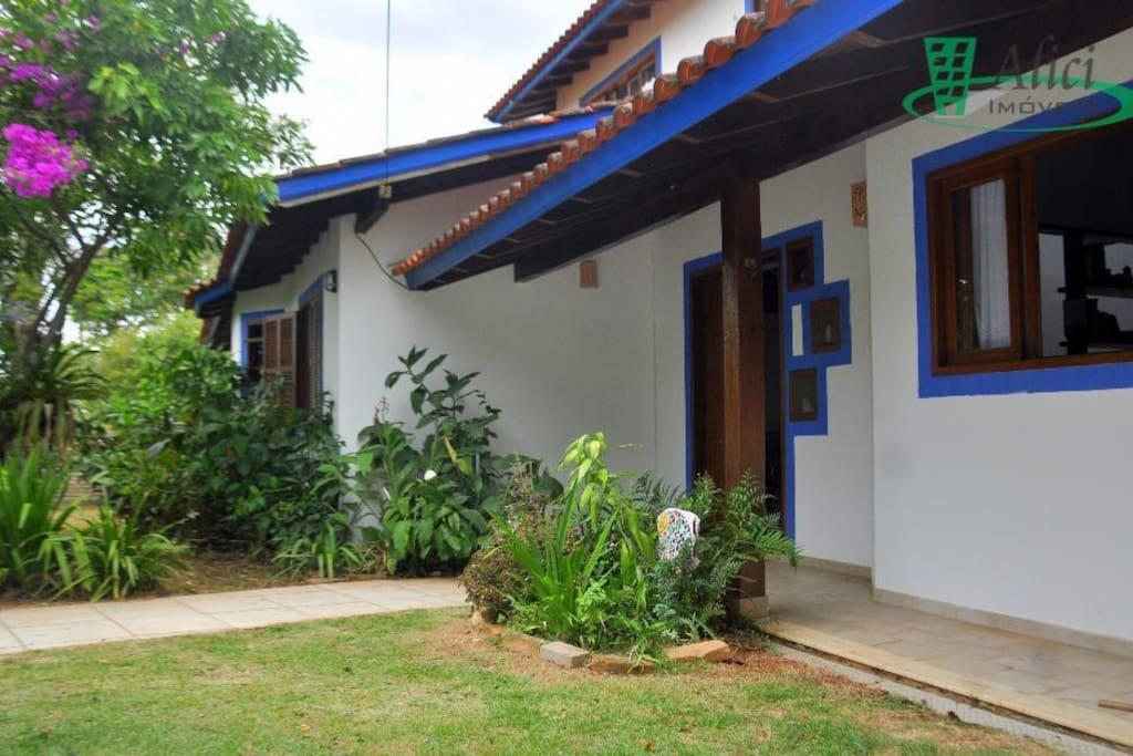 vista lateral da entrada da casa