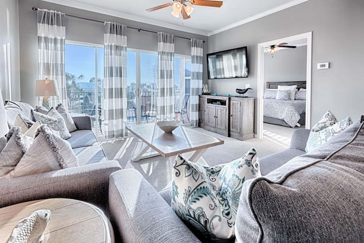 Gorgeous Condo Steps from Beach! Balcony Over Pool!!