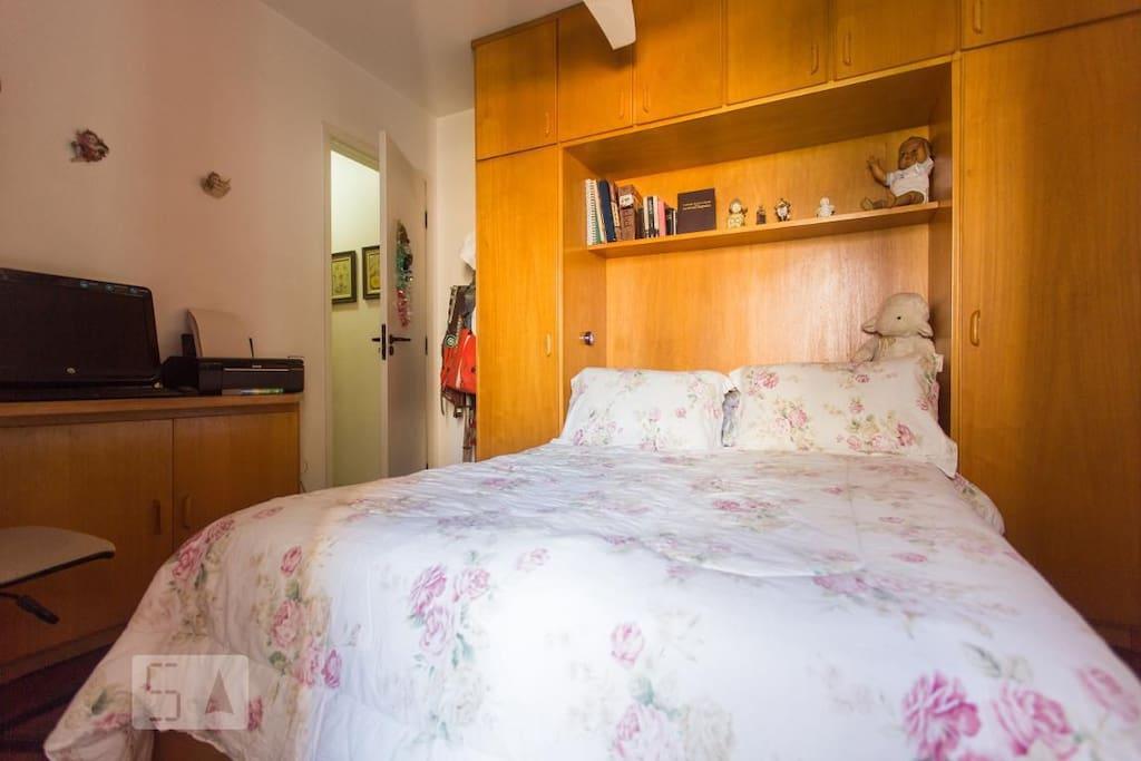 Dormitório com cama de casal