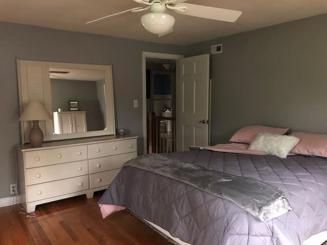 Furnished bedroom for weekly or monthly rental