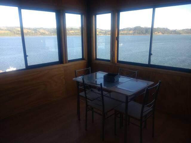Este es el living del departamento, tiene hermosa vista a toda la bahía de castro.