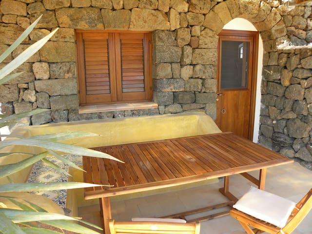 Dammuso dell'arco in pietra - Pantelleria - Stadswoning